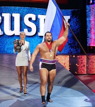 Jobboldalt Lana, vállán a US öv, baloldalt Rusev, kezében az orosz zászlóval, forrás: http://pl.wwe.com/photos/2014/11/25/lana--rusev%E2%80%99s-american-ultimatum-photos