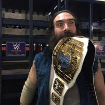 Harper az ellopott övvel, forrás: http://mindofcarnage.com/2015/03/03/photo-luke-harper-backstage-with-the-stolen-intercontinental-championship/
