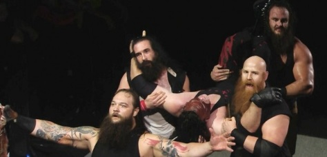Kane lelkének begyűjtése közben, balról jobbra: Bray, Luke, Kane, Eric és Braun, forrás: http://www.dailywrestlingnews.com/wp-content/uploads/2015/10/the-wyatt-family-overpowers-demo-620x350.jpg