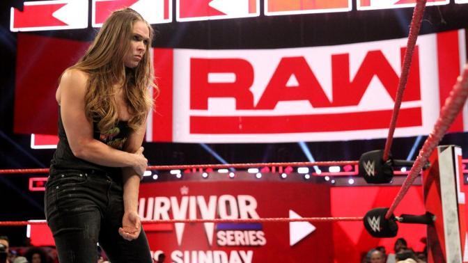 Ronda Rousey oltogatja a lesérült Becky Lynchet