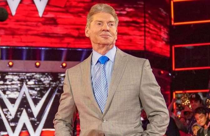 Mr McMahon felügyeli a világbajnoki címmeccs résztvevőit